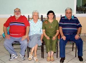Doña Yolanda Ramírez con sus hijos Eduardo, Juana María y Doroteo en el convivio que le ofrecieron por su onomástico.