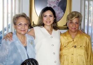 Karla Montfort López en la fiesta de canastilla que le ofrecieron Rosa María M. de López y Silvia Borroel de Montfort quienes la acompañan.
