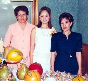 La novia Laura Patricia Flores Zorilla con su futura suegra Rosa María Martínez de Ramírez y su mamá María Patricia Z. de Flores.