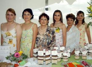 Mónica aparece acompañada de Altagracia y Julia Meléndez, su futura suegra Altagracia Reyes de Meléndez, su mamá Gabriela Xóchitl Marín de Rodríguez y su hermana Sofía Rodríguez Marín.