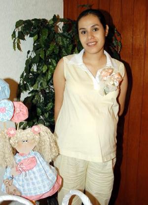 Numerosos regalos recibió Sonia Peña Escajeda en la fiesta de canastilla que le ofrecieron las integrantes de la familia Escajeda Borrego.
