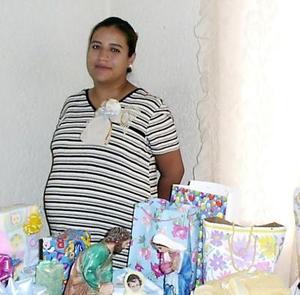 Patricia Lozano de Mathus en la fiesta de canastilla que le ofrecieron las señoras del curso de belleza de la colonia Las Dalias.