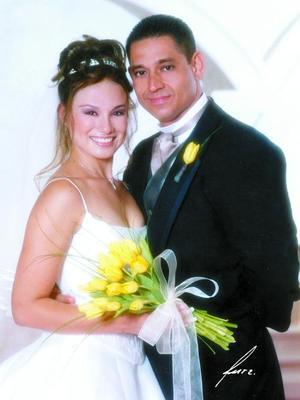 Lic. Alfredo Antonio Mendoza Ayoub y L.D.G. Julia Alejandra Salazar Ramírez recibieron la bendición nupcial en el templo El Pueblito el dos de agosto de 2003.  <p> <i>Estudio: Alfredo Martínez</i>
