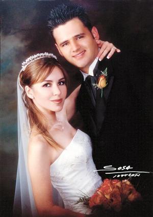 Lic. Jacobo Batarse Reyes y Lic. Alejandra Garza Gutiérrez contrajeron matrimonio en la parroquia Los Ángeles el dos de agosto de  2003.  <p> <i>Studio: Sosa</i>