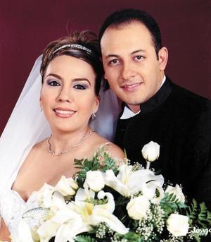 C.P. Edgardo Cabral Solís y C.P. Sandra Julia Hernández Favila recibieron la bendición nupcial en la iglesia de La Inmaculada Concepción el 30 de agosto de 2003. <p> <i>Estudio: Alonzo</i>