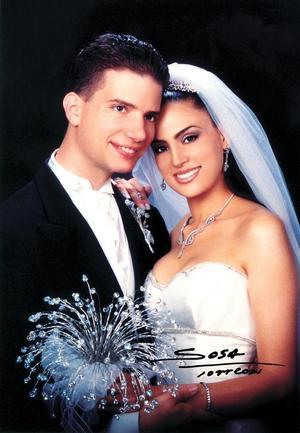 Lic. Itamar Lapidot Menachem y Dra. Josie Valdés Leal contrajeron matrimonio religioso judío el 30 de agosto de 2003. <p> <i>Studio: Sosa</i>