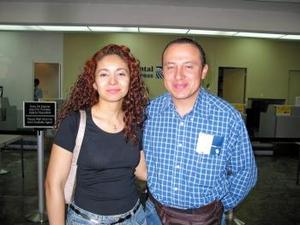 Enrique Barbachana fue despedido por su novia Lorena Farías antes de viajar a la ciuda de México