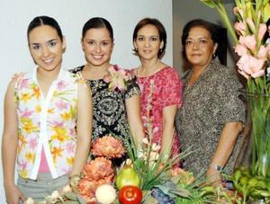Ana Carmen Colores Ramos Clamont con las anfitrionas de su despedida de soltera, su mamá María del Carmen Ramos Clamont y Coco de Anaya y otra dama.