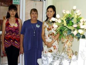 Cecilia Castro Herrera junto a las anfitrionas de su fiesta de despedida, Gloria Zúñiga de Macías y Edith Macías Zúñiga.