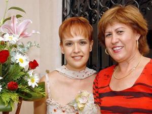 Liliana Isela Guerra junto a su mamá Blanca Isela Esquivel el día de su fiesta de despedida.