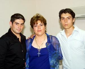 Celia Hoyos de Ortega festejó su onomástico en compañía de sus hijos Jorge A. y Carlos E. Ortega Hoyos