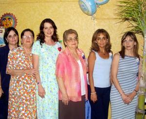 Martha de Pérez Merodio con las anfitrionas de su fiesta de canastilla, Zoila, Miriam y Mónica Pérez Merodio, Mirna, Mague y Sandra Román.