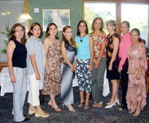 Martha Ramos Moreno acompañada de sus familiares y amigas el día de su despedida de soltera.