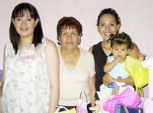 Una fiesta de regalos le ofrecieron a María del Socorro Cardona Favela.
