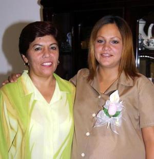 Yolanda García de Dávila junto a la señora Ivonne Reyes de García anfitriona de su  fiesta de canastilla.