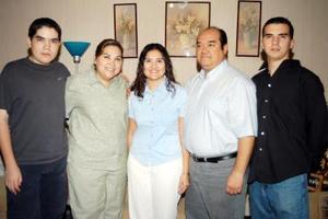 Alejandra Martínez Velíz con sus papás Rogelio Martínez López y Cony Véliz de Martínez y sus hermanos Rogelio y Ricardo Martínez.