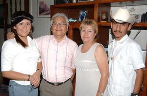 Cathy García Juárez con sus papás Baldo García y Mireya de García y su hermano José, en la fiesta de bienvenida que le ofrecieron en días pasados