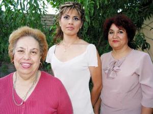 <u> 15 septiembre 2003 </u> <p> Le organizaron una segunda despedida de soltera  a Valeria Campuzano Velazco en Gómez Palacio, la acompañan Martha estela Acuña de Gómez y Julia Velasco Mora.
