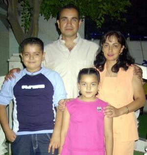 Karen Lizeth y Bryan festejaron su octavo y onceavo cumpleaños respectivamente con una fiesta organizada por sus padres José María González y Eva Estrada de González.