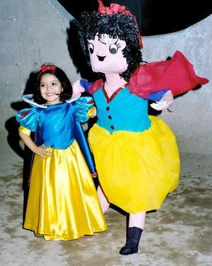 Lizbeth Vielma Canales junto a la piñata que le obsequió su abuelita Lilia Valadez de Vielma por su cuarto aniversario de vida.