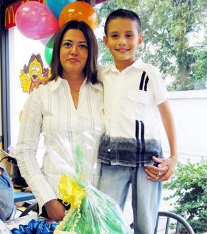 Una fiesta infantil le ofrecieron a Carlos Daniel Muñoz Reyes en conocido restaurante de Gómez Palacio, lo acompaña su mamá Verónica Reyes Gamboa