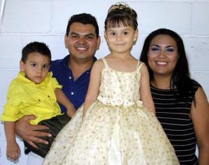 Por su cuarto cumpleaños festejaron a la pequeña Mireya, sus padres Antonio Bañuelos y Mireya Ríos  de Bañuelos y su hermanito Antonio, con un gran convivio.