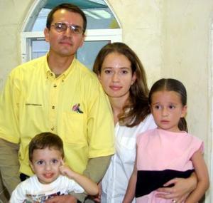 Por su cuarto y segundo cumpleaños festejaron con una piñata a los niños Brenda y Alberto respectivamente, sus padres Alberto Cansino y Leticia González de Cansino.
