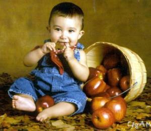 <U> 15  de septiembre </u> <p> Santiago Juárez González en una foto de estudio, hijo de Adriana González de Juárez y Gustavo Juárez Villarreal.