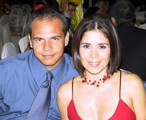 Antonio de la Mora y Marcela Galindo presentes en un banquete de boda