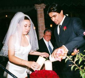 Elba Edith Ramírez Cárdenas y Jonatan Valenzuela Sánchez en la ceremonia de las velas que resultó muy emotiva el día de su enlace nupcial.