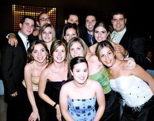 -En la boda de Luis Hermosillo y Abril González fueron captados amigos de los novios quienes les desearon numerosos parabienes.