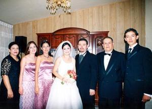 Laura Angélica Olague y José Antonio  de León acompañados por la familia de la novia, Laura de Olague, Eva y Alba Olague, Evaristo Olague y Edgar Olague.