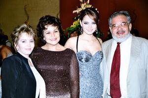 María Teresa de González, Bertha Casas de González, Marisol González Casas y el Pbro. Carlos Gerardo Casas, tío de la novia.