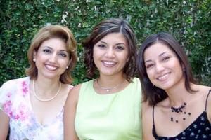 Karla A. de Méndez acompañada de su mamá Martha Ortega de Ávalos y su hermana Martha Ávalos de Fahur
