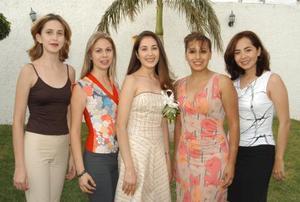 Rosa María Aguilera Moreno con un gurpo de asistentes a la despedida de soltera que le ofrecieron con motivo de su próxima boda con Roberto Contreras Godoy.