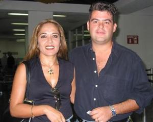 En plan de paseo se trasladaron a Cancún, Pina Martínez y Jaime Ramírez.