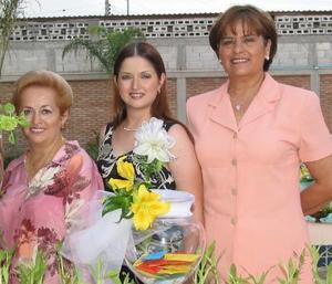 Laura Cecilia Lozano Villarreal fue fgestejada con una despedida de soltera la acompañan su mamá Nancy Villarreal de Lozano y su futura suegra María de la Luz Vega
