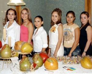 <u> 18 septiembre 2003 </u> <p>  Laura Patricia Flores Zorrilla junto a las amistades que la acompañaron en la despedida que le ofrecieron por su cercano enlace con Raúl Ramamírez Martínez.