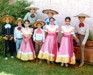 Miguel, Enrique,Héctor, Jesús, Nicolás, Alain, María de Lordes, Lorena  y Miriam, pequeños integrantes de la Escuela de Charrería de don Mely.