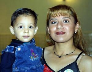 Karla Inés Rangel Domínguez con el niño Israel Alejandro Rivas en un convivio infantil.