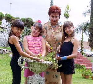 <U> 17  de septiembre </u> <p>  Eliza de Mena muestra  a su nieta Elisa y a sus amigas Ivanna y Camila Boheringer Russek que en cualquier lugar puede germinar una semilla.
