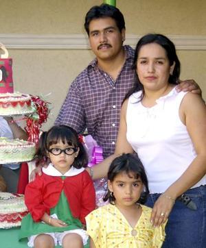 Aymeé Carolina en la fiesta que le organizaron sus papás Crispín Mendoza y Claudia López por su tercer aniversario de vida quienes la acompañan, al igual que su hermana.