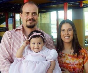 La pequeña Liliana fue festejada por sus padres, los señores Leonardo Valdés y Martha Garza de Valdés quienes la acompañan en su primer aniversario de vida