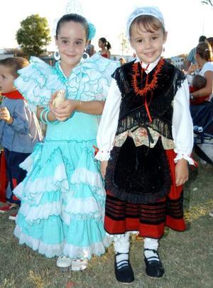 Las niñas Mari Tere Gil y Ana Carmen Sesma en las Fiestas de Covadonga efectuadas en el Parque España.