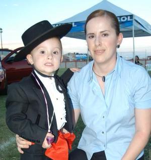Lourdes Aguiñaga de Ruenes con su hijo Jesús Ruenes en las fiestas de Covadonga del Parque España.