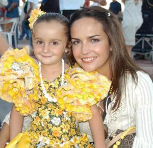 Pilar Gómez de Tricio con su hija Ana Tricio Gómez en las Fiestas de Covadonga.