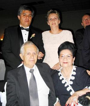 Vicente de Alvarado y Rosina Guerreo de De Alvarado, Alfredo de Alvarado e Ivonn Torres de De Alvarado acompañaron a José Antonio de León y Laura Angélica Olague el día de su banquete de boda.