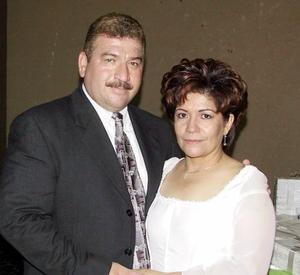 Ricarco Macías Palacios y Laura Estela González Frayre en un festejo de boda.
