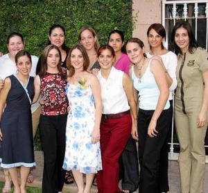 <U> 18 de septiembre </U> <P> Sofía Garza García captada en su segunda despedida de sotlera efectuada recientemente en compañía de sus amigas de colegio en la residencia de Ana Laura Berlanga.