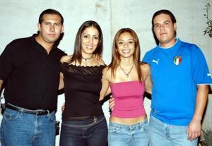 Karla Gurrola Peniche acompañada de unos amigos en su fiesta de cumpleaños.